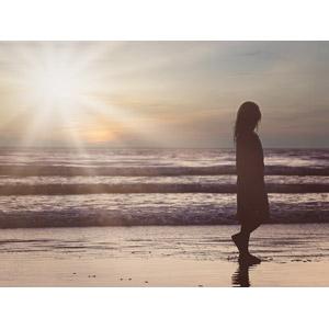 フリー写真, 人物, 子供, 女の子, 太陽光(日光), 砂浜(ビーチ), 海, 夕暮れ(夕方), 夕焼け, シルエット, 人と風景