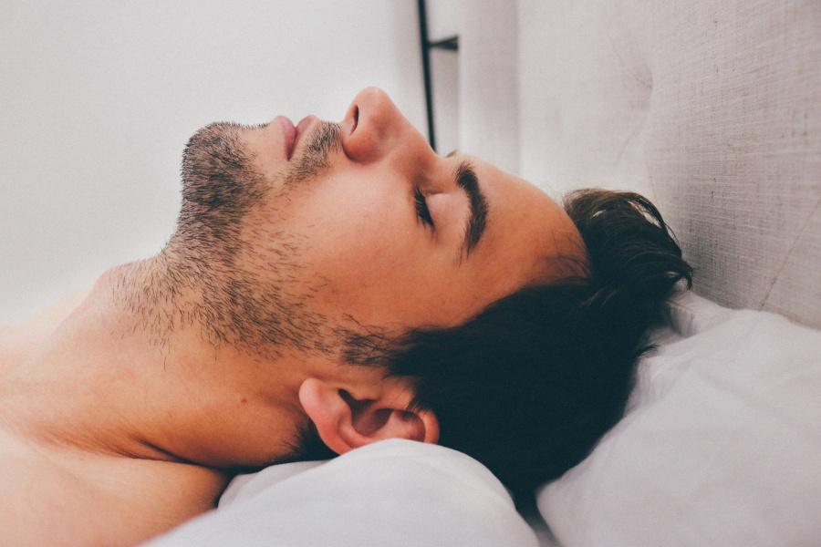 フリー 写真寝ている外国人男性の寝顔