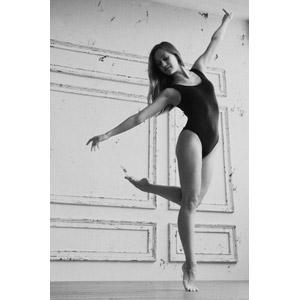 フリー写真, 人物, 女性, 外国人女性, レオタード, 踊る(ダンス), つま先立ち, 手を広げる, モノクロ