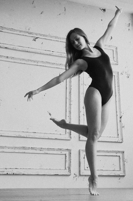 フリー 写真レオタード姿でつま先で立ちながら踊る外国人女性