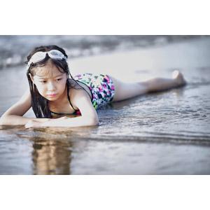 フリー写真, 人物, 子供, 女の子, アジアの女の子, 砂浜(ビーチ), 水着, 腹這い