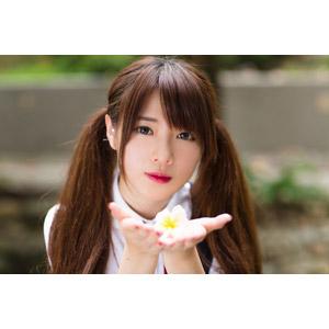 フリー写真, 人物, 女性, アジア人女性, 中国人, 欣欣(00001), ツインテール, 人と花, プルメリア, 掬う手