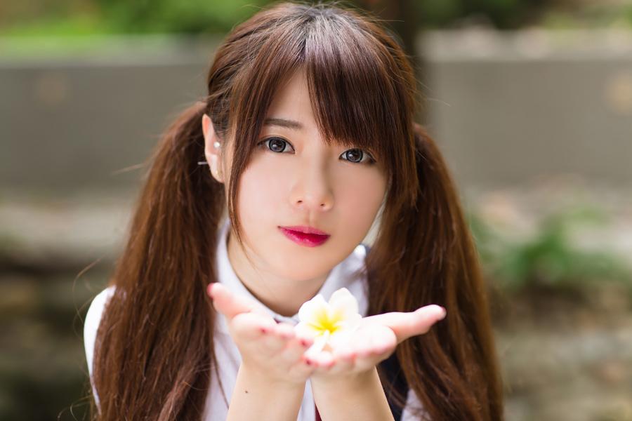フリー 写真手の上のプルメリアと台湾の女性