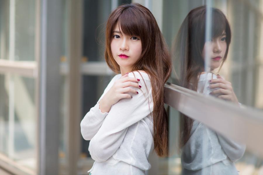 フリー 写真窓に映る台湾の女性