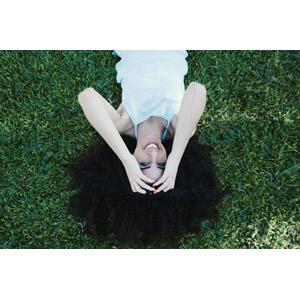 フリー写真, 人物, 女性, 外国人女性, アフロヘア, 寝転ぶ, 仰向け, 芝生, 髪の毛を触る