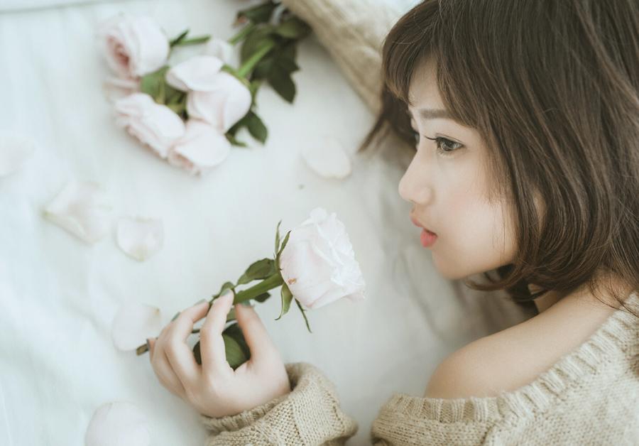 フリー 写真バラの花とベトナム人女性