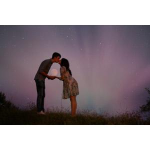フリー写真, 人物, カップル, 恋人, キス(口づけ), 月, 手をつなぐ, 夜, 人と風景