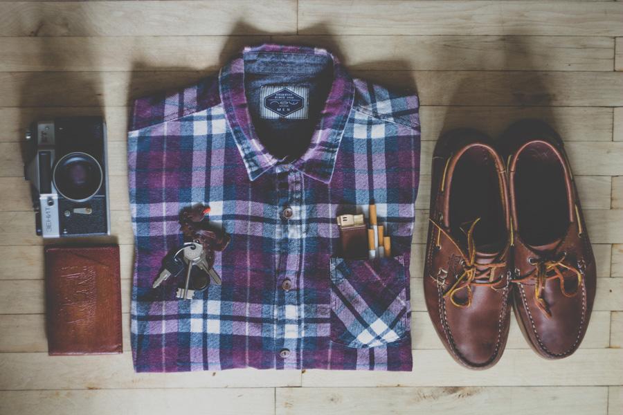 フリー 写真ポケットにたばこが入ったシャツと鍵とカメラと靴