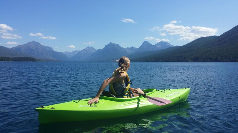 フリー 写真カヌーに乗って山を眺める外国人女性