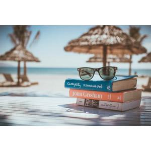 フリー写真, リゾート, 南国, バケーション, 砂浜(ビーチ), 本(書籍), サングラス