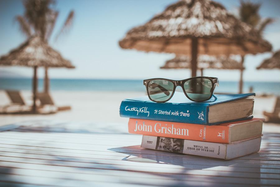 フリー 写真南国のリゾートと本とサングラス