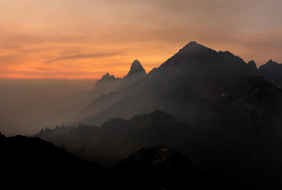 フリー 写真朝焼けの山の風景