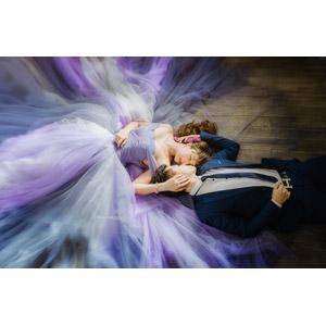 フリー写真, 人物, カップル, 花婿(新郎), 花嫁(新婦), ウェディングドレス, タキシード, 寝転ぶ, 仰向け, 二人, 目を閉じる, 寝る(寝顔)