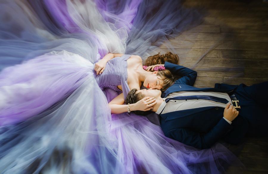 フリー 写真床の上に寝転ぶ新郎と新婦