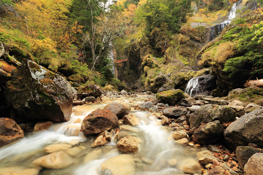 フリー 写真黄葉の始まる渓流の風景