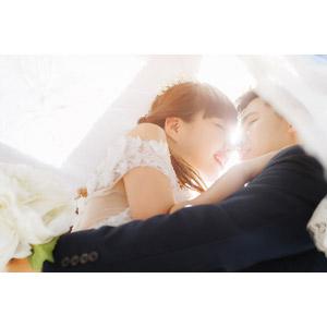 フリー写真, 人物, カップル, 花婿(新郎), 花嫁(新婦), 抱き合う, 結婚式(ブライダル), 二人, キス(口づけ), 横顔, 愛(ラブ)