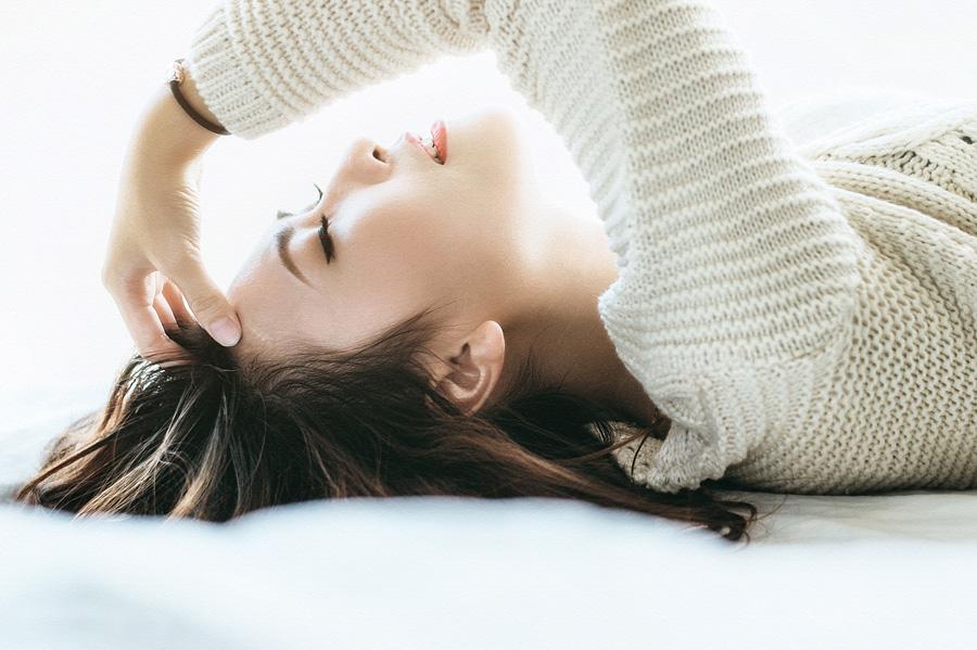 フリー 写真寝転んで髪の毛をかき上げる女性