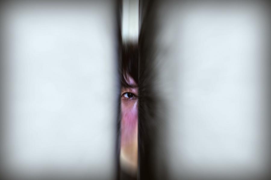 フリー 写真壁の隙間から覗く目