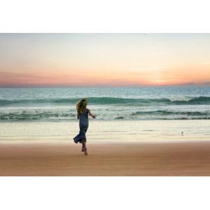 フリー写真, 人物, 女性, 外国人女性, 後ろ姿, 走る, 人と風景, 砂浜(ビーチ), 夕暮れ(夕方), 夕焼け, 海, 波
