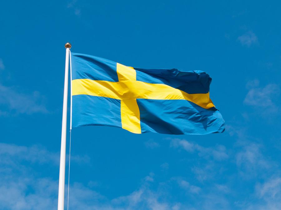 フリー 写真青空にたなびくスウェーデンの国旗