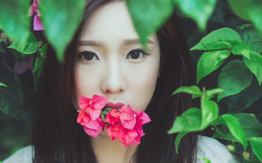 フリー 写真花を咥えたベトナムの女性ポートレイト