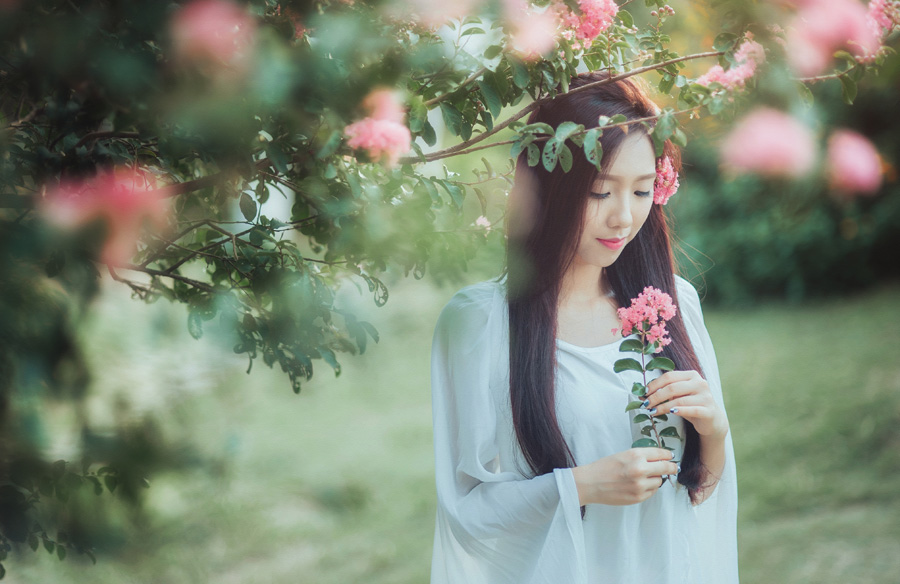 フリー 写真花とベトナム人女性のポートレイト