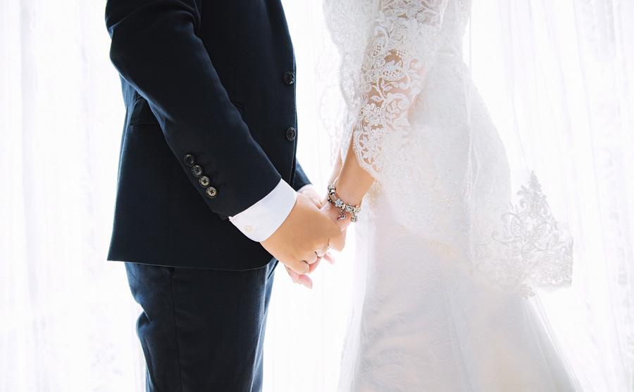 フリー 写真結婚式で手をつなぐ新郎新婦