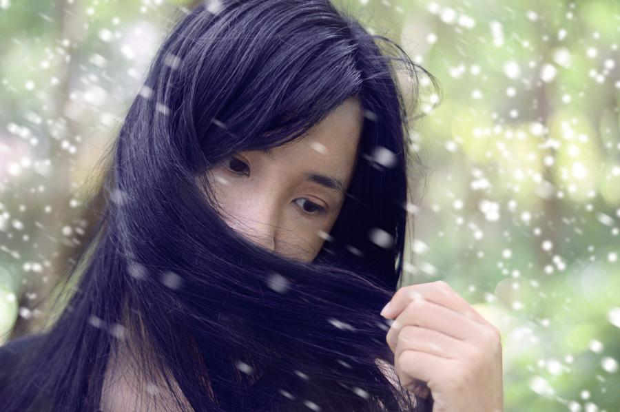 フリー 写真雪の中で髪の毛で口元を隠す女性