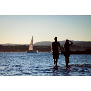 フリー写真, 人物, カップル, 恋人, 手をつなぐ, 二人, 人と風景, シルエット(人物), ヨット, 海, 手をかざす