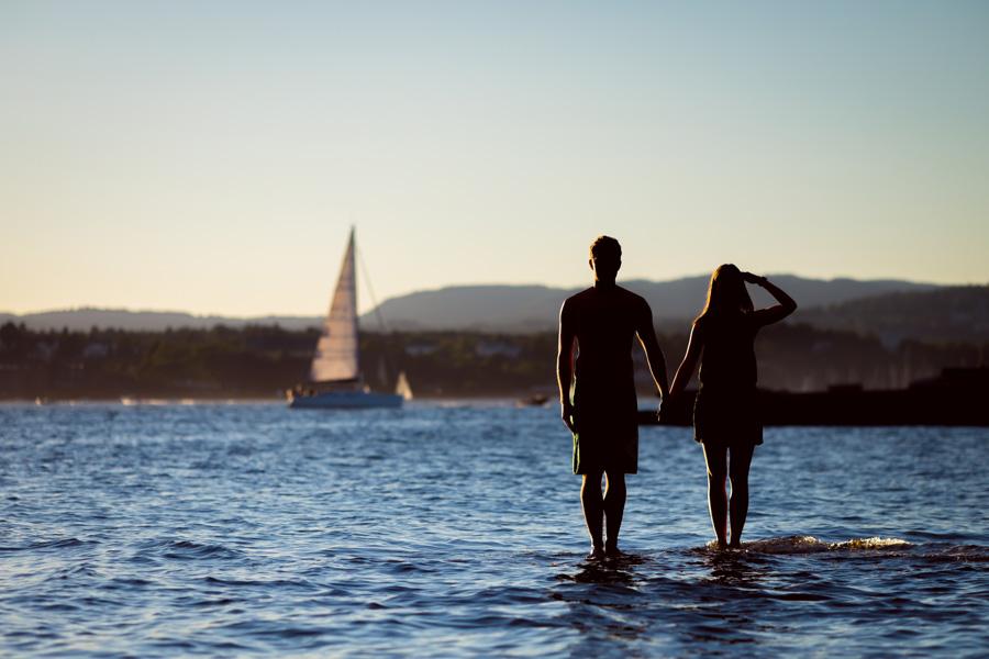フリー 写真海の上に手をつないで立つカップル