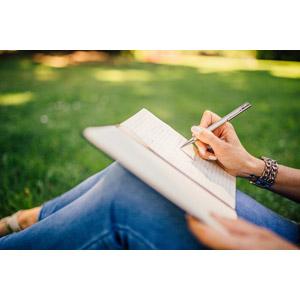 フリー写真, 人物, 人体, 脚, 手, 書く, ボールペン, ノート, ジーンズ(ジーパン)