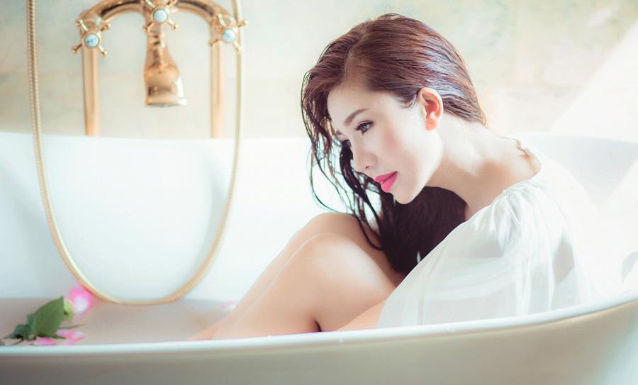 フリー 写真服のままお風呂に入る女性