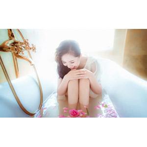 フリー写真, 人物, 女性, アジア人女性, ベトナム人, 女性(00007), お風呂, 入浴, 浴室(バスタブ), 人と花, 薔薇(バラ), 膝を抱える, 笑う(笑顔)