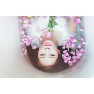 フリー写真, 人物, 女性, アジア人女性, ベトナム人, 女性(00007), お風呂, 入浴, 浴室(バスタブ), 人と花, 薔薇(バラ), 仰向け, 花