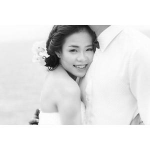 フリー写真, 人物, カップル, 花婿(新郎), 花嫁(新婦), 抱き合う, 結婚式(ブライダル), 二人, モノクロ