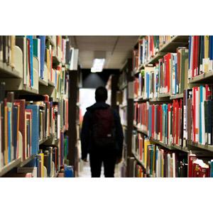 フリー写真, 風景, 図書館, 本棚, 本(書籍), 後ろ姿, 人物, 学生