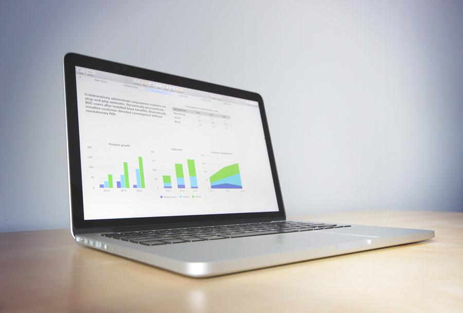 フリー 写真ノートパソコンの画面に映るグラフ