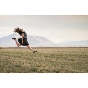 フリー写真, 人物, 女性, 外国人女性, 跳ぶ(ジャンプ), 牧草地, 見上げる(上を向く)
