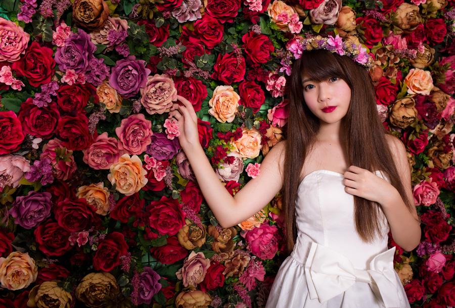 フリー 写真ウェディングドレス姿で花に手を伸ばす女性