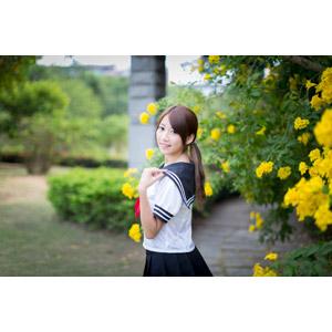 フリー写真, 人物, 女性, アジア人女性, 少女, アジアの少女, 中国人, 女性(00009), セーラー服(学生服), 学生服, 学生(生徒), 高校生, 人と花, 振り返る, ポニーテール