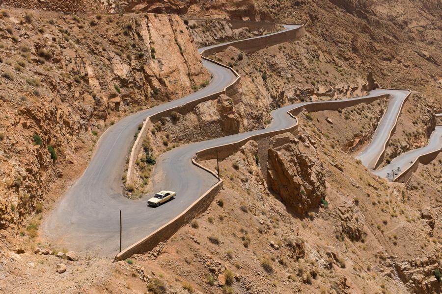 フリー 写真峠道を走る自動車
