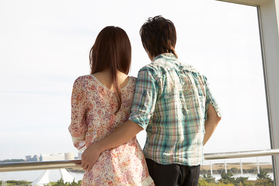 フリー 写真景色を眺めるカップルの後ろ姿