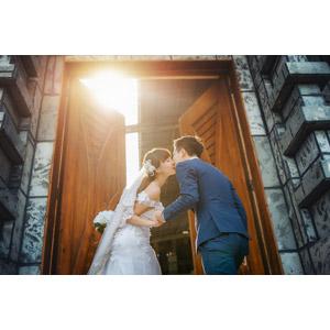 フリー写真, 人物, カップル, 花婿(新郎), 花嫁(新婦), 結婚式(ブライダル), 二人, タキシード, ウェディングドレス, 愛(ラブ), キス(口づけ), 扉(ドア), 手を取る