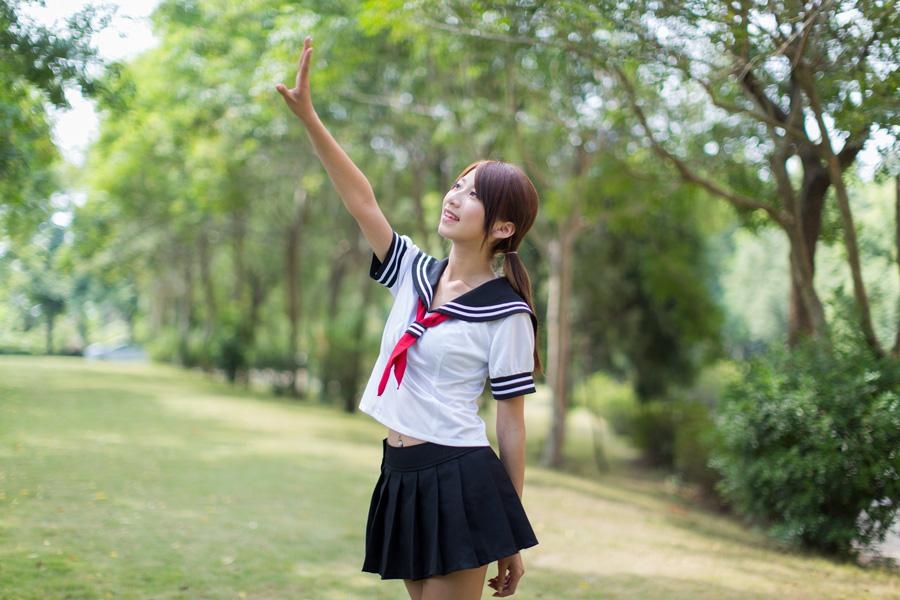 フリー 写真セーラー服姿で手をかざす少女
