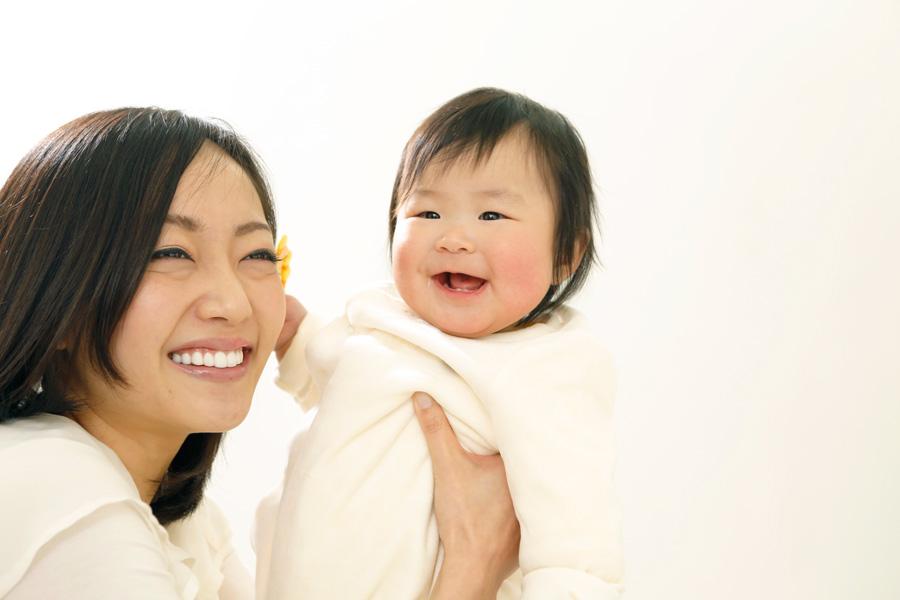 フリー 写真赤ちゃんを抱いて一緒に笑う母親