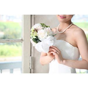 フリー写真, 人物, 女性, アジア人女性, 日本人, 結婚式(ブライダル), ウェディングドレス, ブーケ, 結婚指輪, 人と花