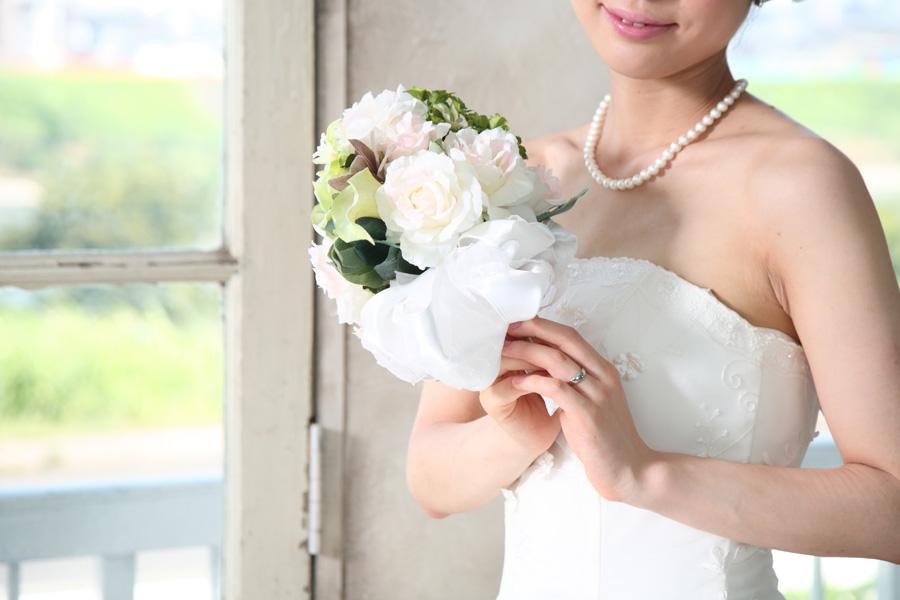 フリー 写真ウェディングドレス姿でブーケを持つ花嫁