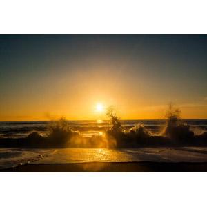 フリー写真, 風景, 自然, 海, 波, 水しぶき, 砂浜(ビーチ), 夕焼け, 夕日, 夕暮れ(夕方)