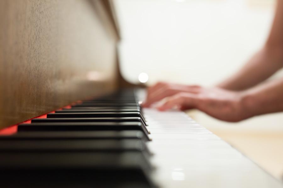フリー 写真ピアノを弾く手