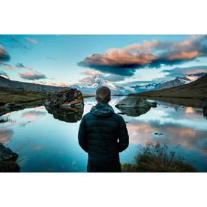 フリー写真, 風景, 山, 湖, 岩, 人と風景, 人物, 男性, 外国人男性, 後ろ姿